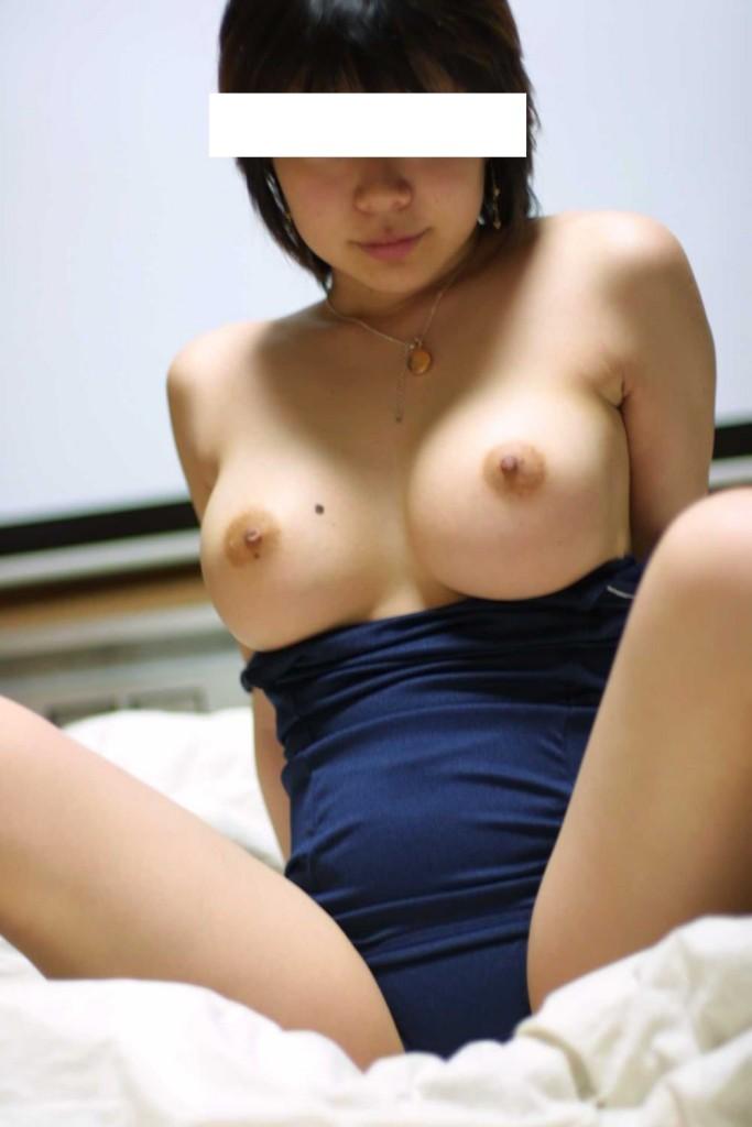 スクール水着を半分脱いで、乳房と乳首を露出させる (6)