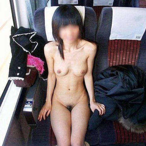 電車内でも服を脱いじゃう露出大好き娘たち (1)