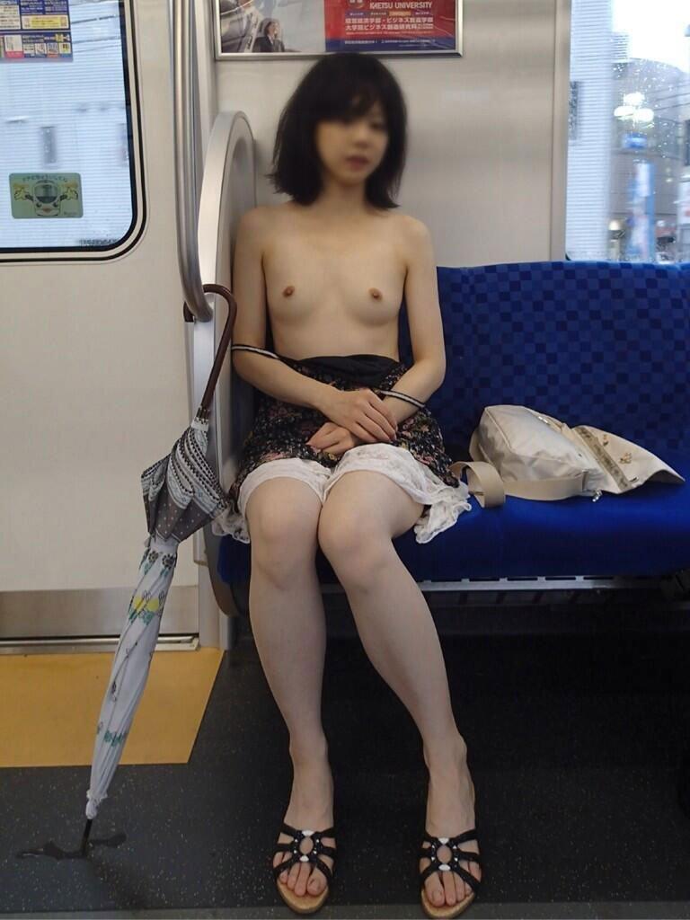 電車内でも服を脱いじゃう露出大好き娘たち (14)