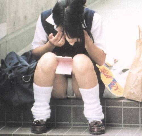 無防備に下着を見せまくっている女子高生 (8)