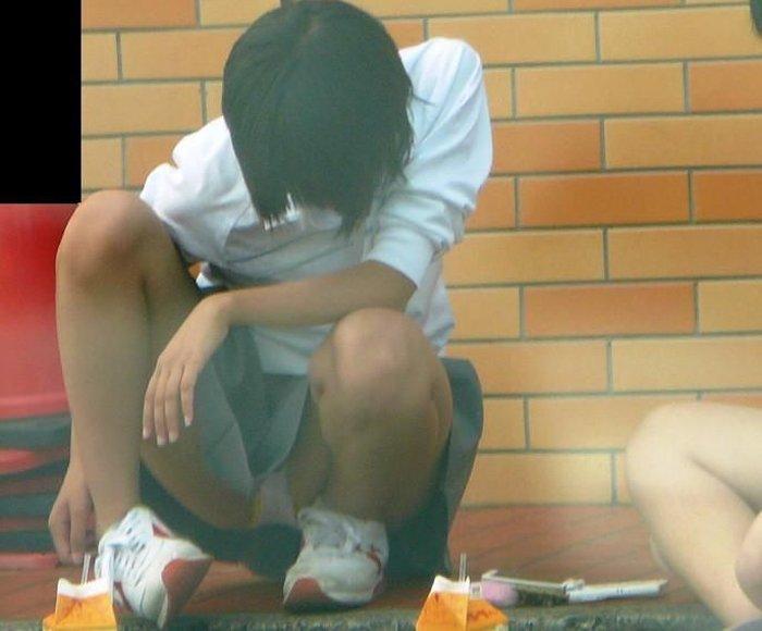 無防備に下着を見せまくっている女子高生 (15)