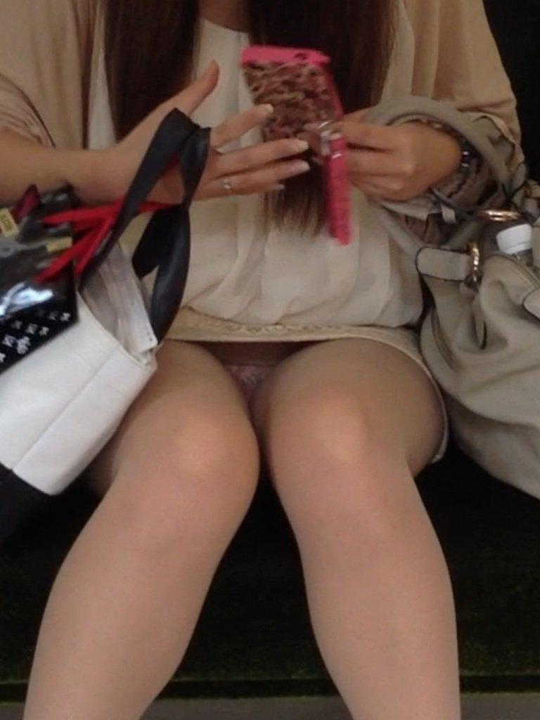 向かい合ってシートに座る女の子がパンチラしてる (3)