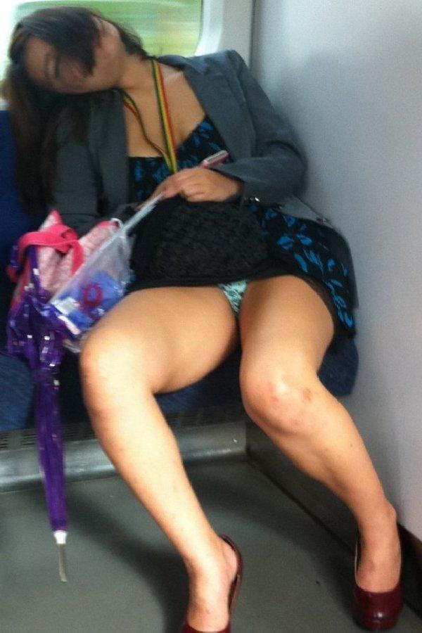向かい合ってシートに座る女の子がパンチラしてる (20)