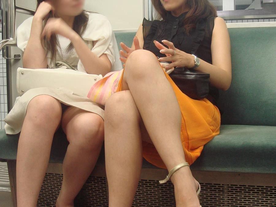 向かい合ってシートに座る女の子がパンチラしてる (7)