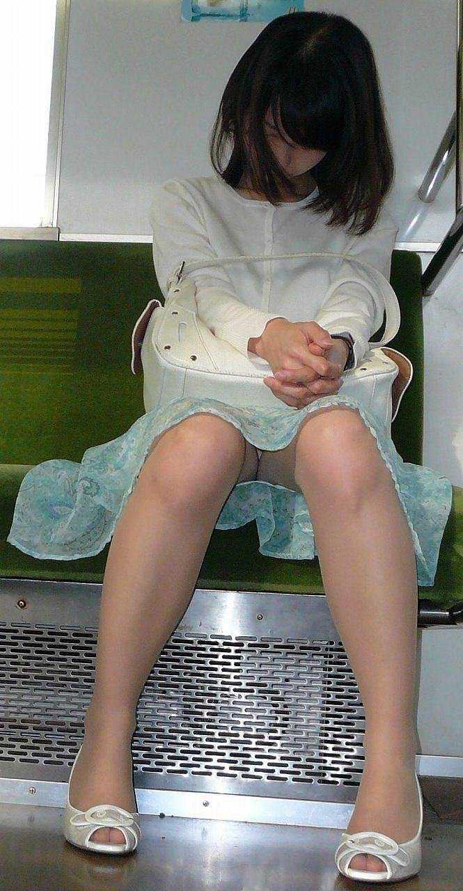 向かい合ってシートに座る女の子がパンチラしてる (4)