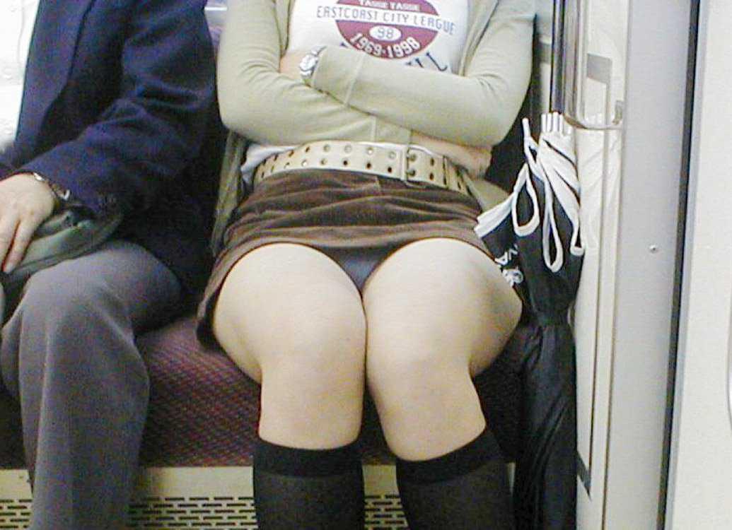 向かい合ってシートに座る女の子がパンチラしてる (13)