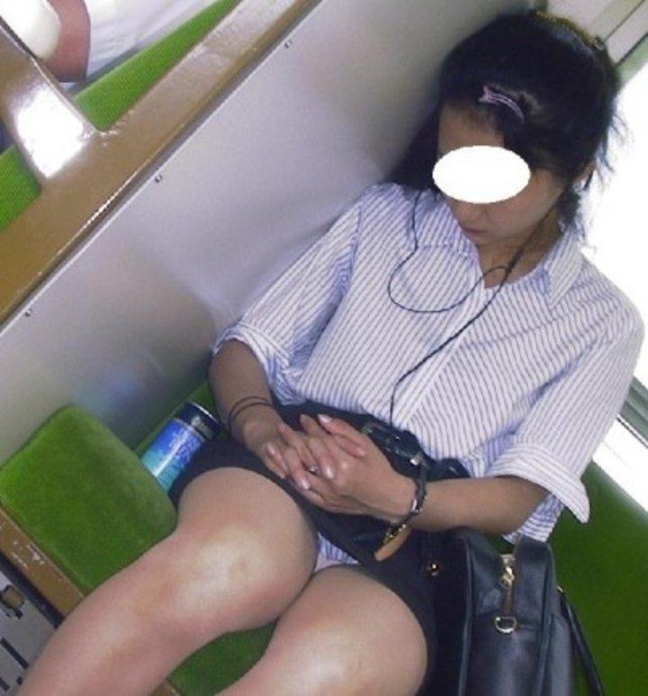 向かい合ってシートに座る女の子がパンチラしてる (10)