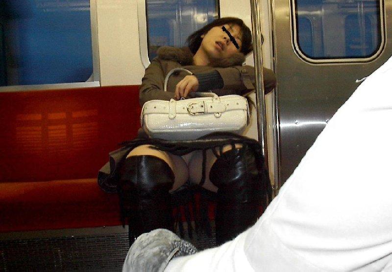 向かい合ってシートに座る女の子がパンチラしてる (11)