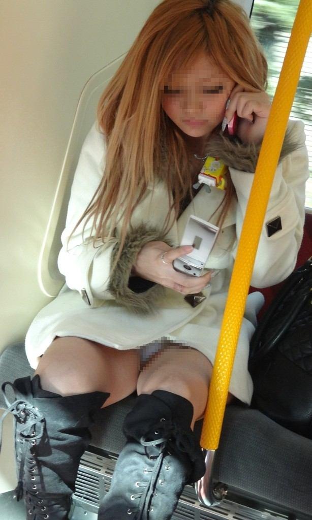 向かい合ってシートに座る女の子がパンチラしてる (18)