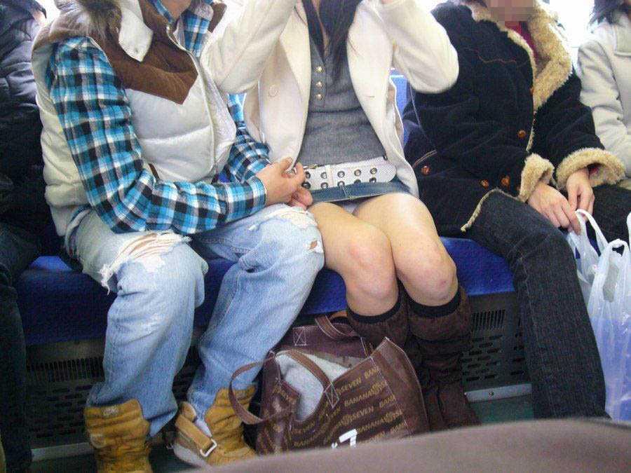 向かい合ってシートに座る女の子がパンチラしてる (14)