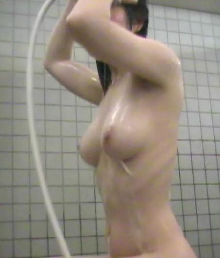 女湯でシャワーを浴びている女の子 (15)