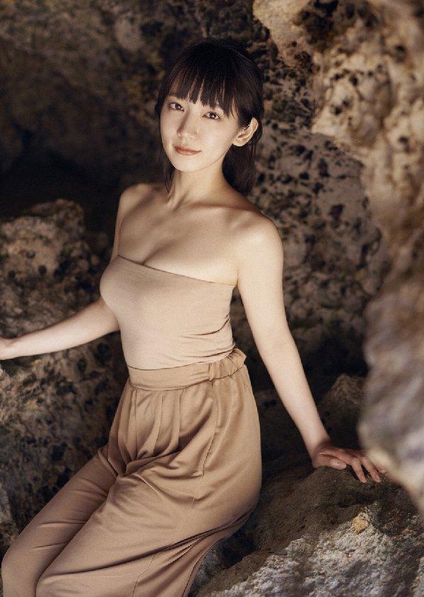 清楚な美少女なのに美乳がセクシーな、吉岡里帆 (2)