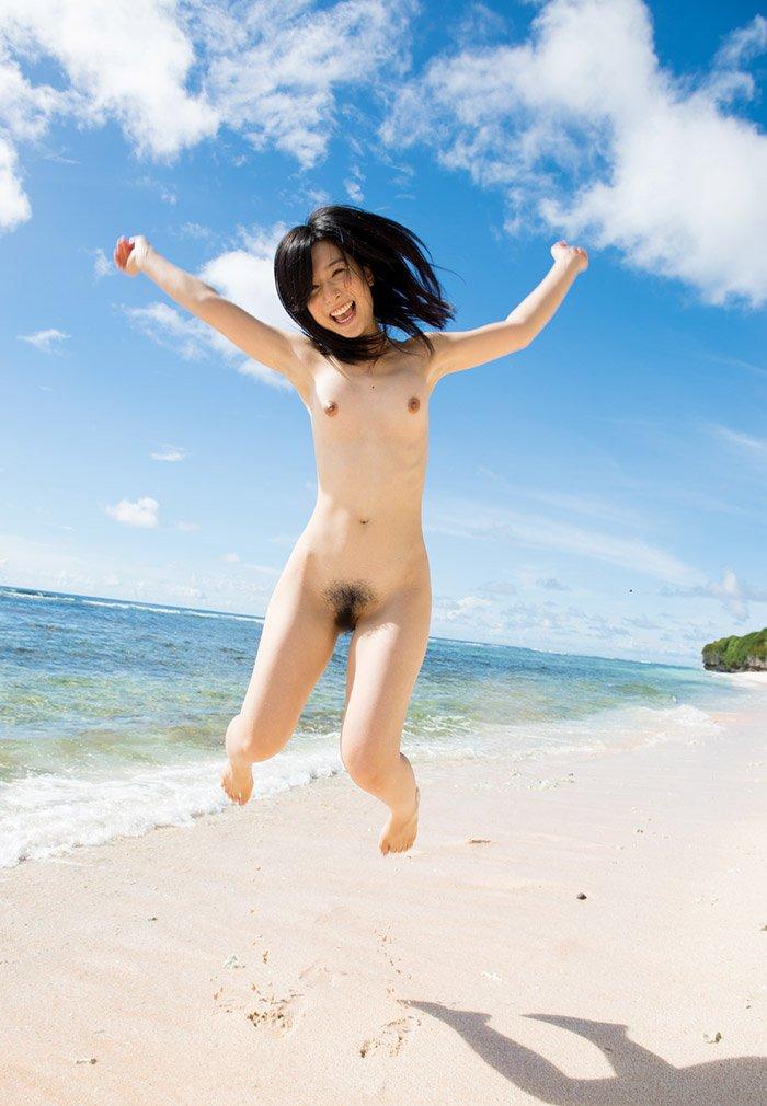 海辺で遊んでいるヌード女性がエロかわいい (9)