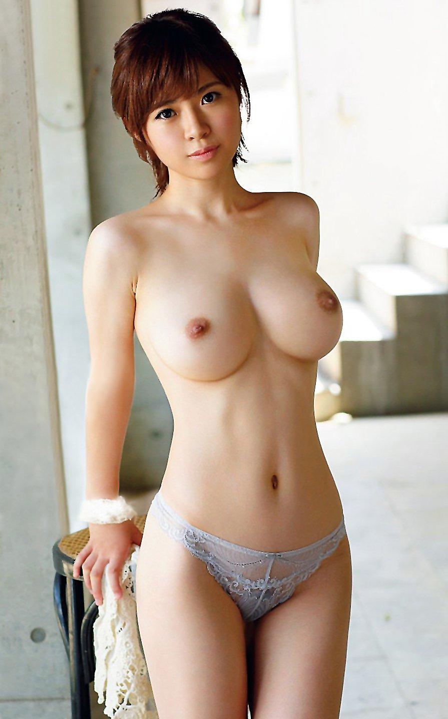 大きくてハリのある乳房が魅力的な美女たち (2)