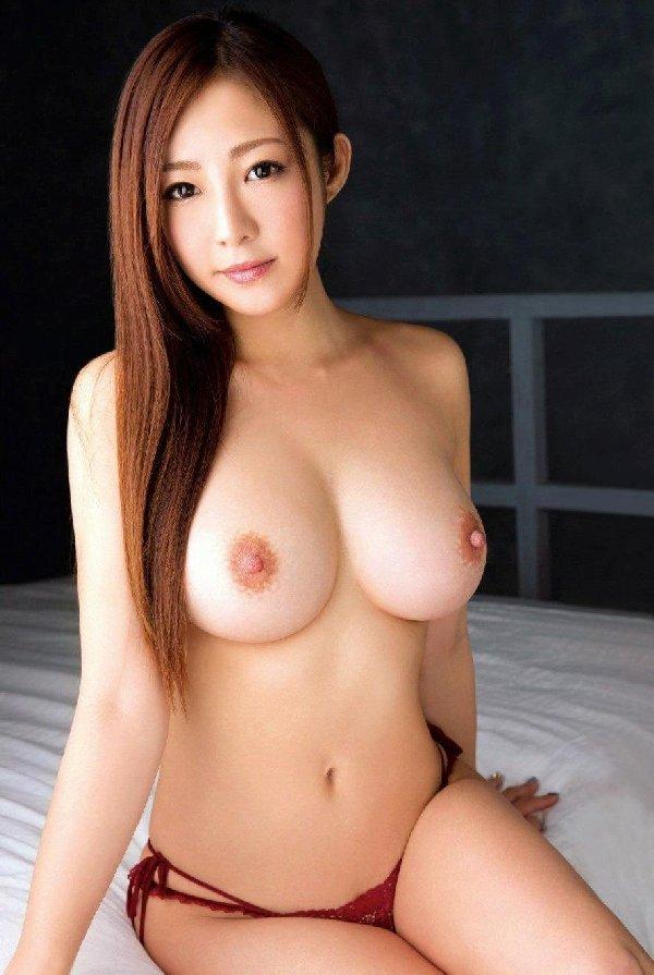 デカくて形の良い乳房が見惚れるほど美しい (10)