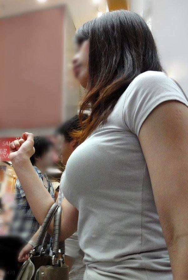 爆乳の女の子が街を歩いていた (18)