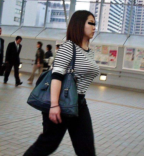 爆乳の女の子が街を歩いていた (5)