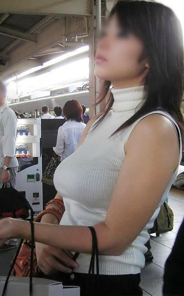 服を着ても爆乳だと直ぐに分かるオッパイ (5)