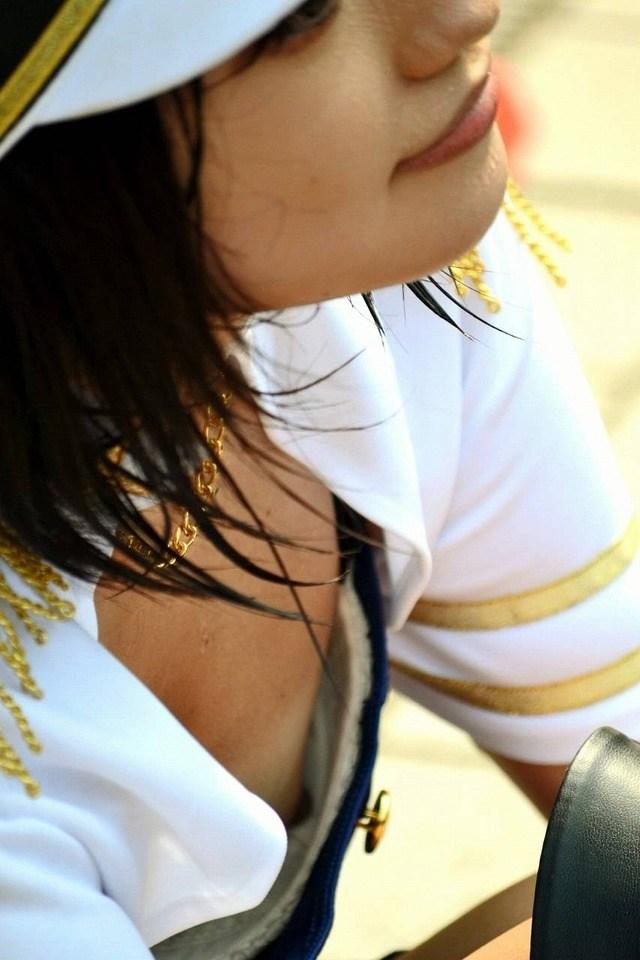 乳頭まで胸チラしちゃったコスプレ女性たち (14)