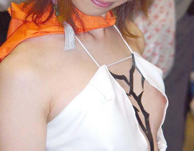 乳頭まで胸チラしちゃったコスプレ女性たち (11)
