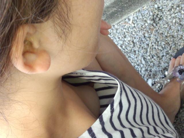 乳頭までもが露出してしまっている胸元 (13)