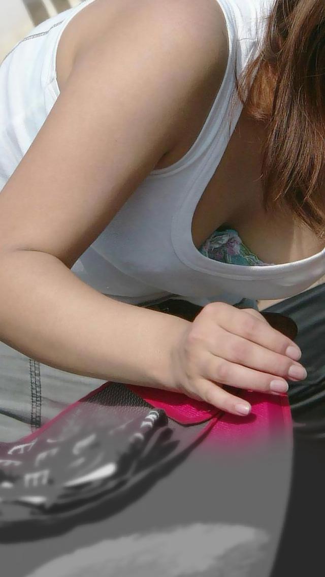乳房がチラッと見えてしまった女の子 (8)