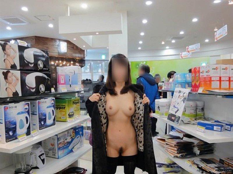 店内で素っ裸になっちゃう大胆な素人さん (13)
