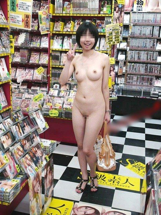 店内で素っ裸になっちゃう大胆な素人さん (17)