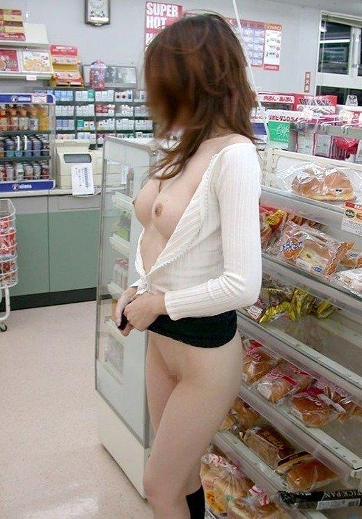 店内で素っ裸になっちゃう大胆な素人さん (11)