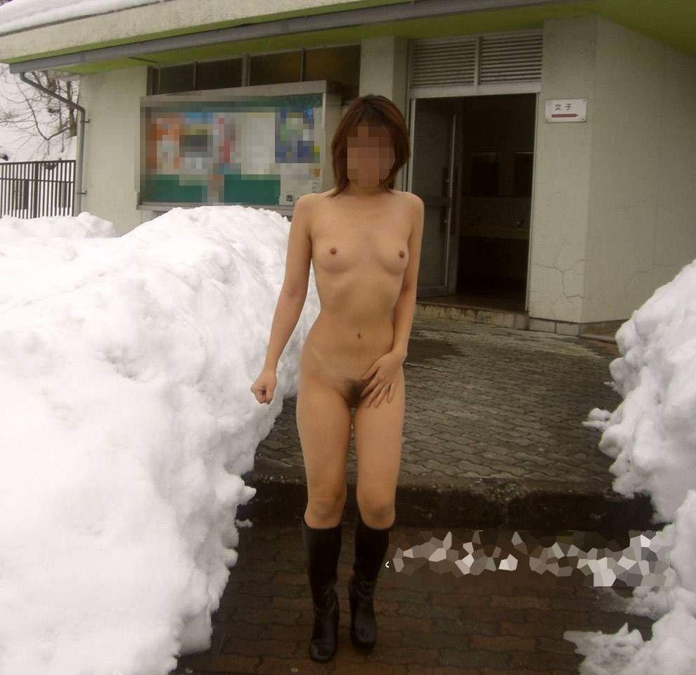 野外で素っ裸になっちゃう変態的な素人さん (17)