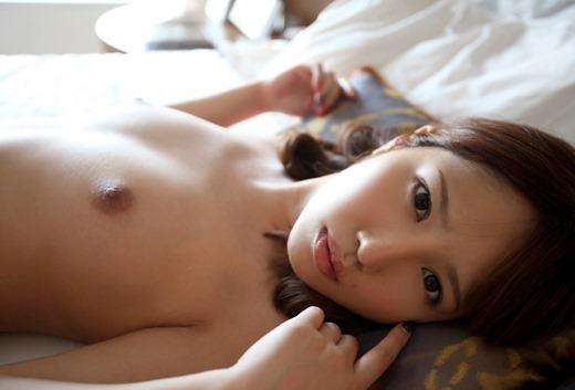 乳房が小さくて華奢で、キュートな女の子のヌード (8)