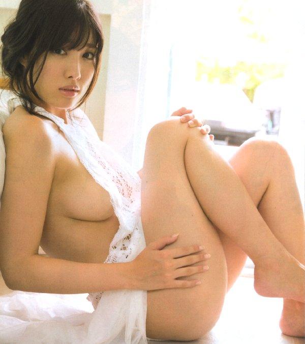 限界まで脱いで裸を披露する、今野杏南 (1)