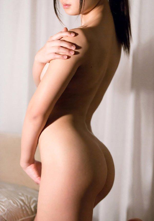 腰から尻の曲線美が魅力的なヌード (12)