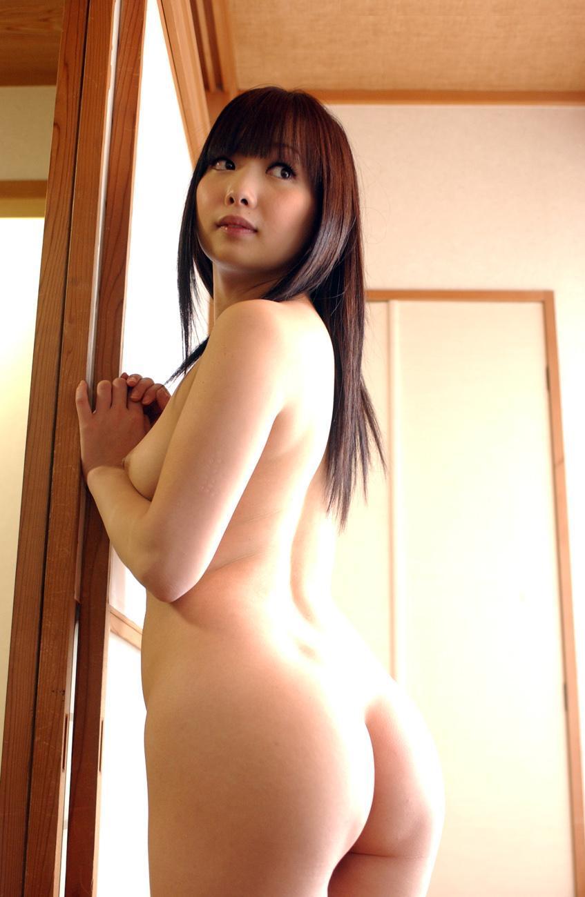 腰から尻の曲線美が魅力的なヌード (6)