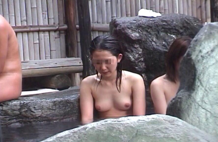 温泉に入っている女性の濡れた肌がエロい (12)