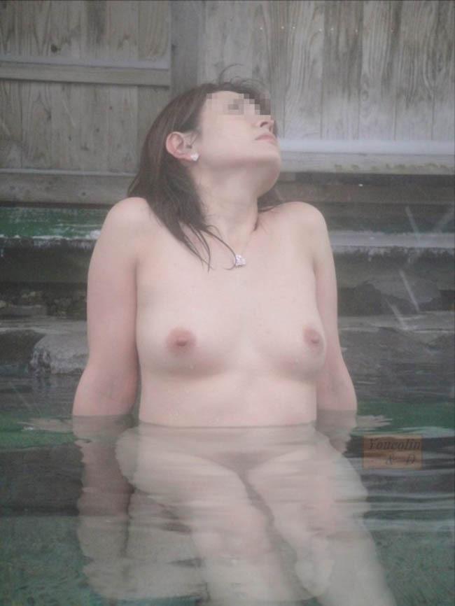 温泉に入っている女性の濡れた肌がエロい (18)