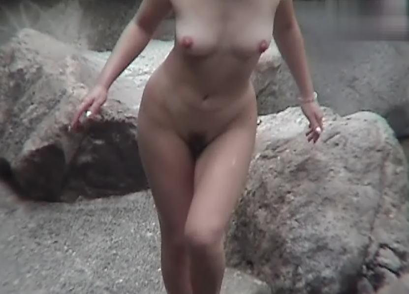 温泉に入っている女性の濡れた肌がエロい (3)