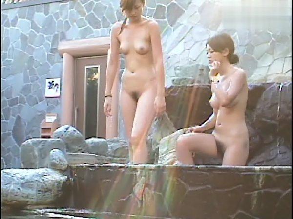 温泉に入っている女性の濡れた肌がエロい (16)