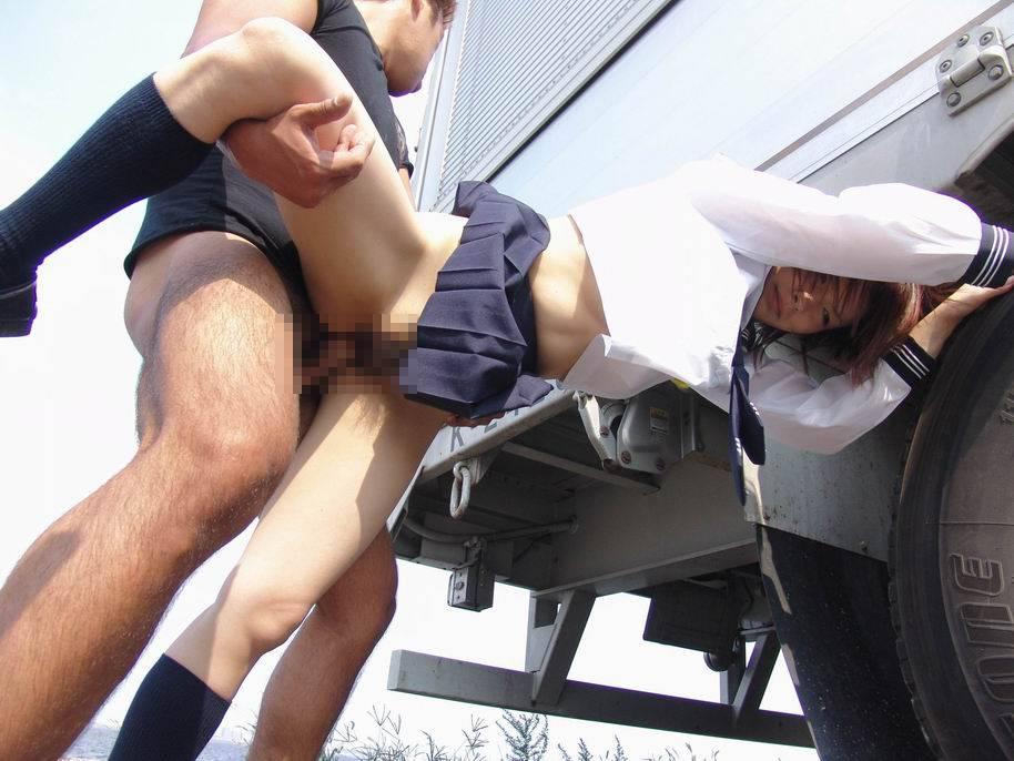 青空の下で豪快にセックスするカップル (5)
