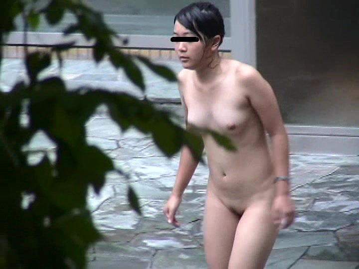 温泉に入っている素っ裸の女性 (3)