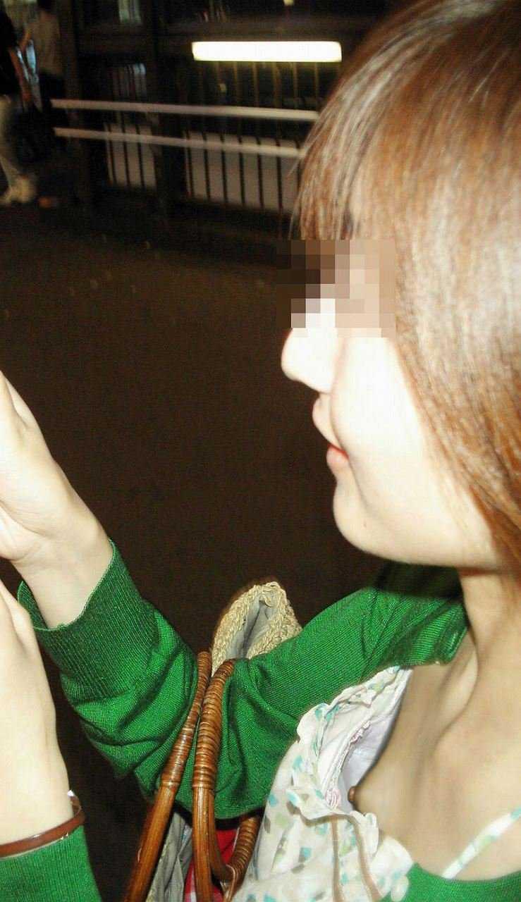 乳頭までもが見えてしまっている素人さん (20)