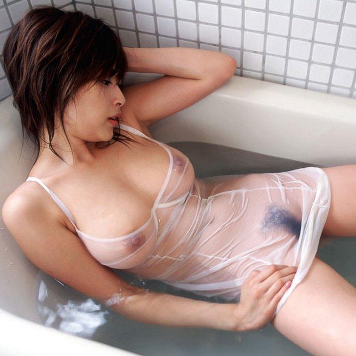 濡れた服から乳首や股間が透けてると、全裸よりもエロく見えるね