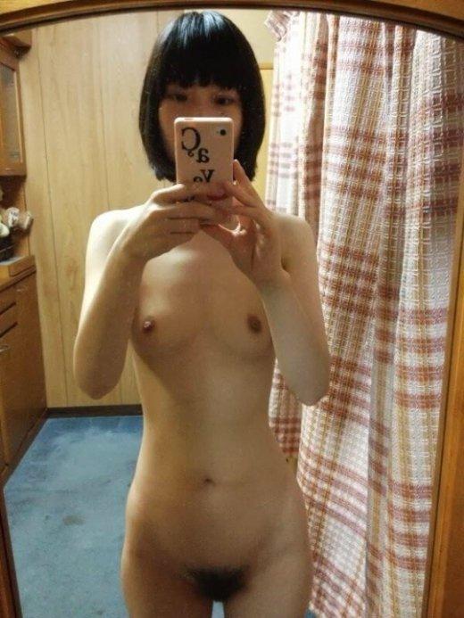 全裸になった自分の姿を撮影しちゃう子 (20)