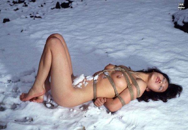 真冬の雪山でヌードになっちゃう無茶な女の子 (15)