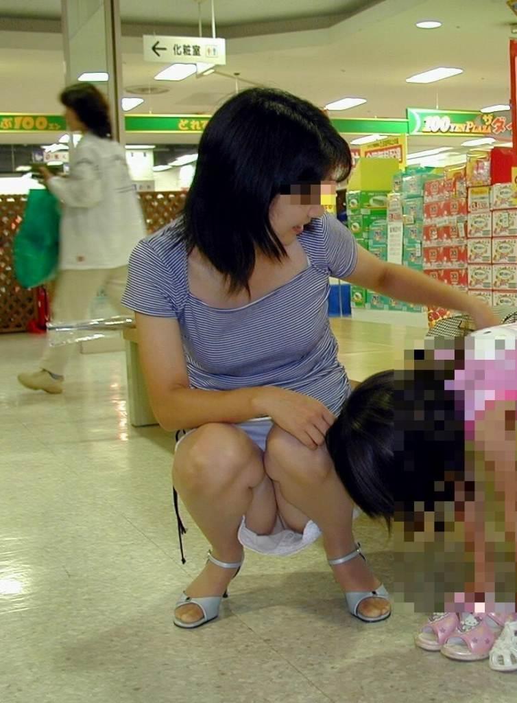 子連れの新妻が下着を見せちゃった (5)