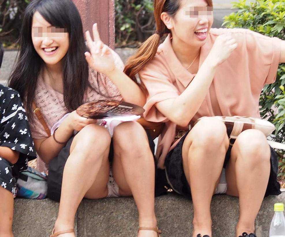 太腿の間から下着がチラ見えしちゃってる女の子 (18)