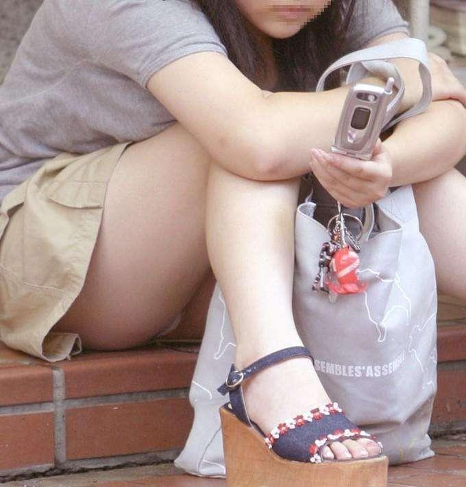 太腿の間から下着がチラ見えしちゃってる女の子 (2)