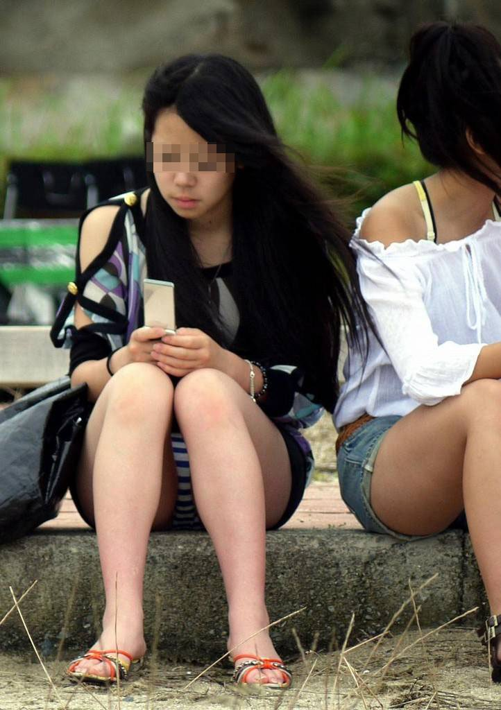 太腿の間から下着がチラ見えしちゃってる女の子 (20)