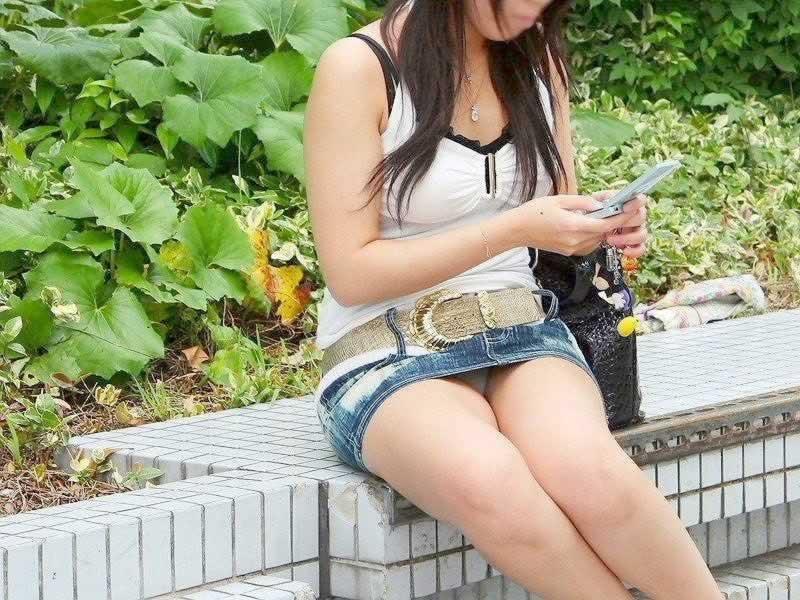 太腿の間から下着がチラ見えしちゃってる女の子 (5)