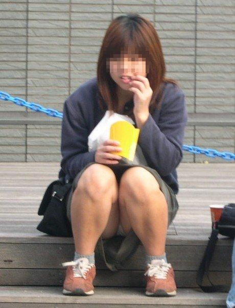 太腿の間から下着がチラ見えしちゃってる女の子 (4)